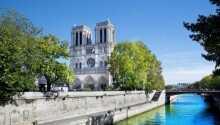 Notre Dame kirken har en vidunderlig beliggenhed centralt i byen og lige ved Seinen.