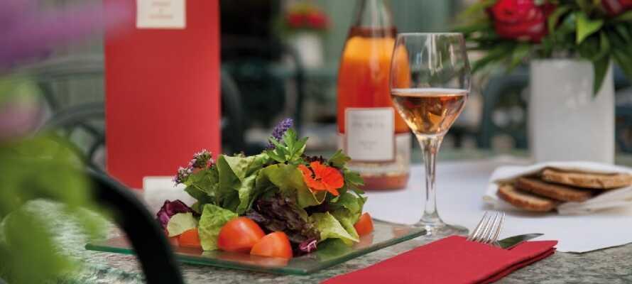 Hotellet huser en restaurant med terrasse, hvor der er udendørs servering i sommermånederne.