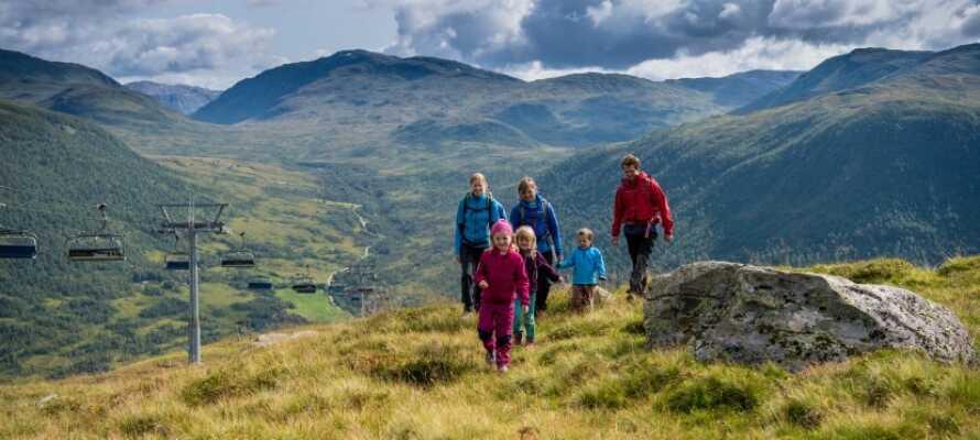 Tag hele familien med på alletiders aktiv ferie i de smukke landskaber som kendetegner Myrkdalen - uanset årstid!