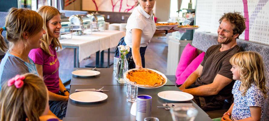 Spis masser af god mad i hyggelige omgivelser og nyd f.eks. en lækker pizza i den familievenlige restaurant 'Tunet'.