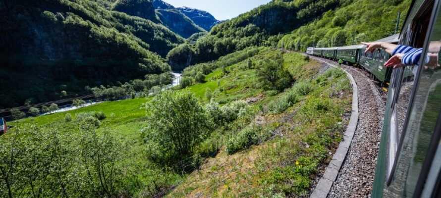 Tur med Flåmsbanen er et must i disse traktene. Det er verdens kanskje aller vakreste togreise.