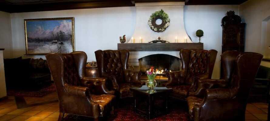 Slå dere ned i de komfortable Chesterfield-stolene med en god bok eller bestill et glass i godt selskap.