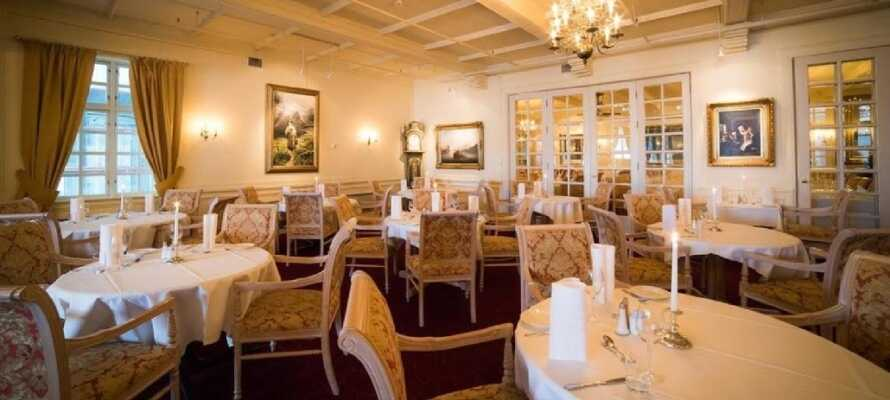 Nyt en bedre middag i flotte lokaler. Dr. Holms Hotel har flere restauranter å velge mellom.