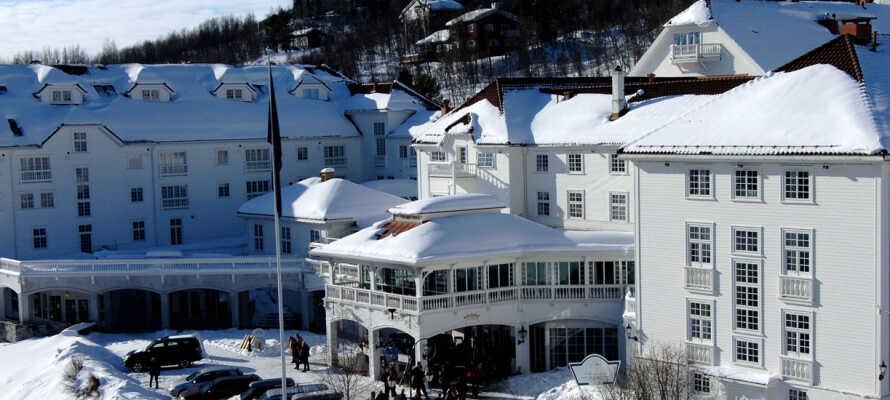 Om  vinteren forvandles Dr. Holms Hotel til et vinterhotel med ski.
