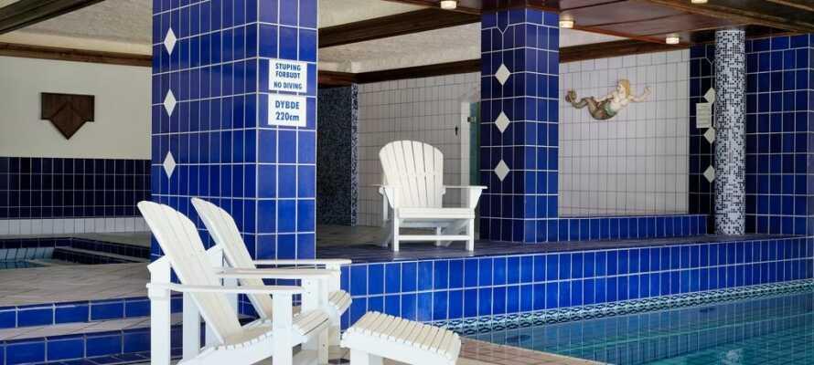 Det er et innendørs svømmebasseng samt velværemuligheter på hotellet.