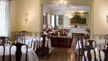 Restauranten tilbyder spændende retter og god service i en behagelig atmosfære.