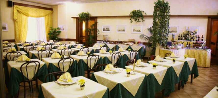 I hotellets hyggelige og yderst populære restaurant, kan I nyde dejlig lokal mad og vin.