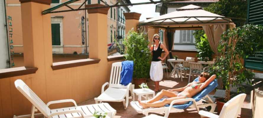 Nyd livet på en liggestol på hotellets dejlige udendørs terrasse, og lad op til nye oplevelser.
