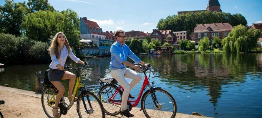 På hotellet kan I leje cykler til at udforske området med de små søer og hyggelige byer.