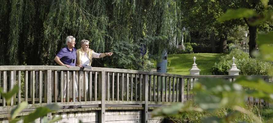 Lad jer betage af parken Kurpark Mölln med blomsterne, plænerne og træerne.
