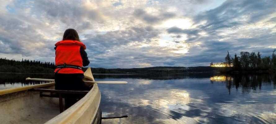 På hotellet er det muligt at leje kanoer samt selvfølgelig redningsveste, så I kan sejle en tur på søen.
