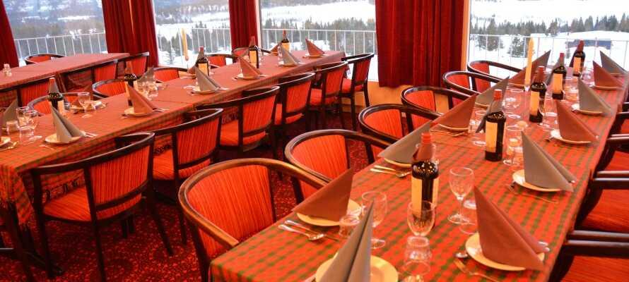 Hotellet har sin egen restaurant, hvor der serveres både morgenmad og aftensmad, og hvorfra der er en flot udsigt.