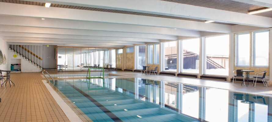 Der er indendørs svømmebassin med udsigt.