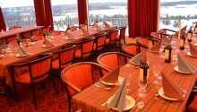 Fra restauranten er der en flot udsigt over søen og det smukke landskab.