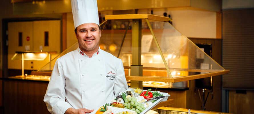 Om aftenen serveres der buffet på Hotel Straand, så I ikke selv behøber at tænke på madlavningen.