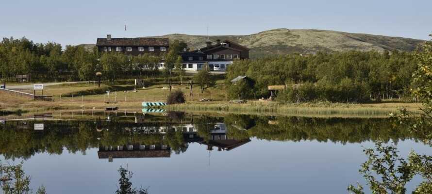 Hotellet ligger i dette åbne fjeldområde i Ringebu ved Rondane, hele 932 meter over havet mellem Gudbrandsdalen og Østerdalen.
