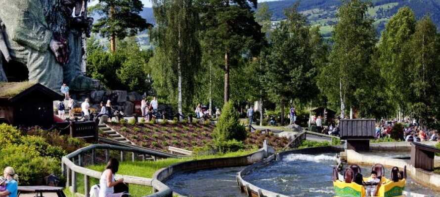 Hunderfossen Familiepark ligger lige ved siden af hotellet og byder på sjove oplevelser for store og små.