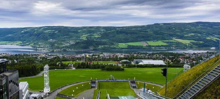Oplev det olympiske anlæg Lysgårdsbakkene Hoppanlegg, og gå ikke glip af den fantastiske panorama udsigt.