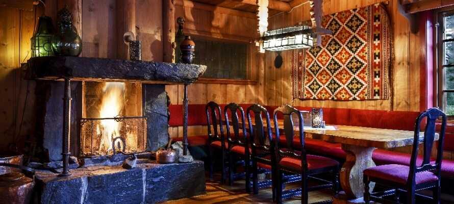 På hotellet kan I spise middag i den hyggelige restaurant med rustik indretning.