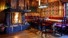 Der er en herlig atmosfære og en rustik og romantisk indretning, der gør hotellet til en speciel oplevelse