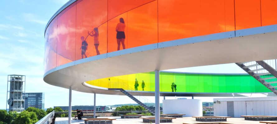 Nyd en dag i kunstens tegn på ARoS, eller et af de mange andre spændende museer i nærheden.