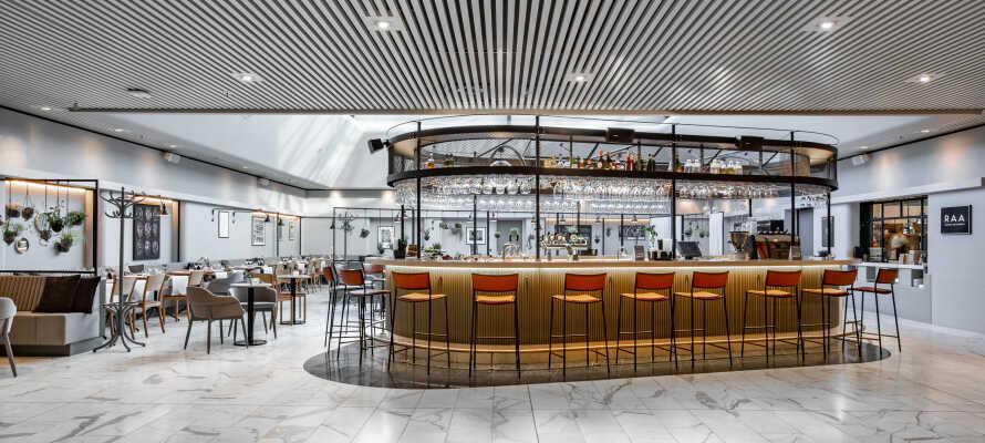 Hotellets bar byder på skønne vine og lækre cocktails - her er der tid til at nyde livet.