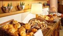 Stå op til duften af frisk kaffe og hotellets omfattende morgenbuffet