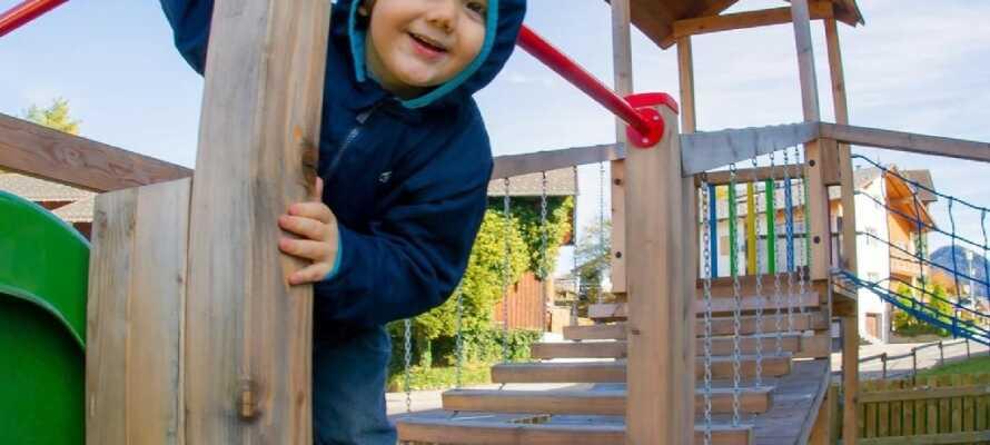 Børnene vil elske at boltre sig på hotellets store legeplads eller i det indendørs legerum med spil og legetøj.