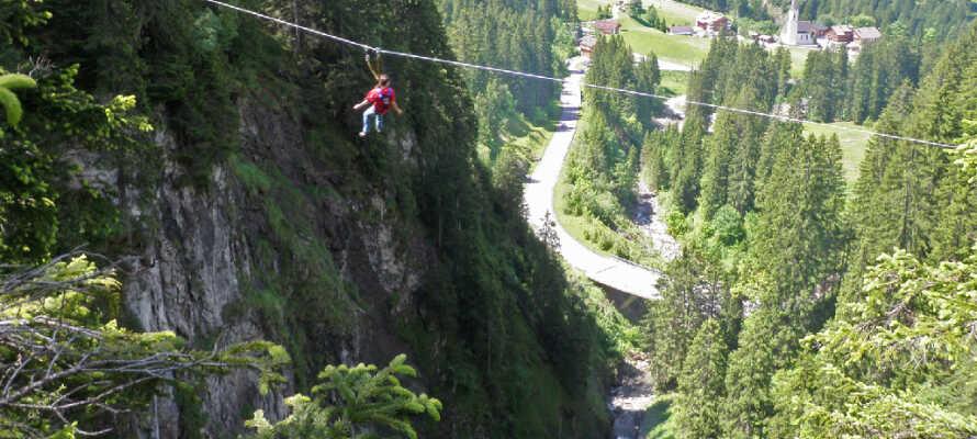 I klatreparken Abenteuerpark Schröcken får hele familien masser af spændende og unikke oplevelser i naturen.