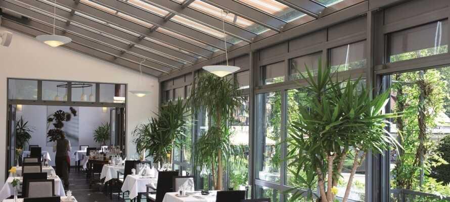 Nyd lækre måltider i den smukke og stilfulde vinterhave-restaurant.