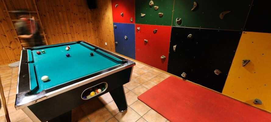Der er både klatrevæg og billardbord på hotellet, så der er aktiviteter for store og små.