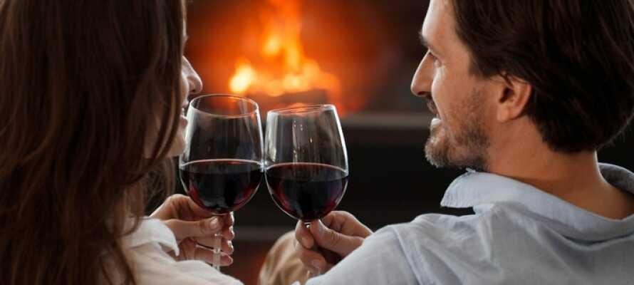 Nyd et glas vin foran pejsen og slap af i rolige omgivelser efter en begivenhedsrig dag.