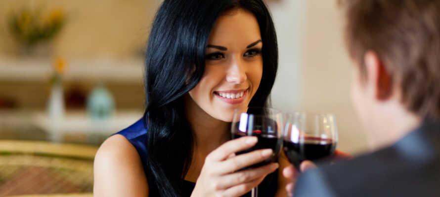 Ät en god frukost innan dagens aktiviteter och avsluta dagen med en god middag i hotellets restaurang.