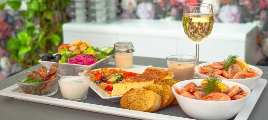 Stå op til lækker morgenmad med både kolde og varme retter, og nyd den i hotellets udendørs pavilloner eller i  morgenmadslobbyen.