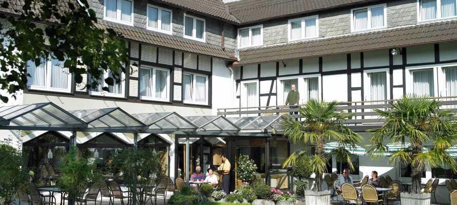 Nyd en kop kaffe i dejlige omgivelser på hotellets terrasse