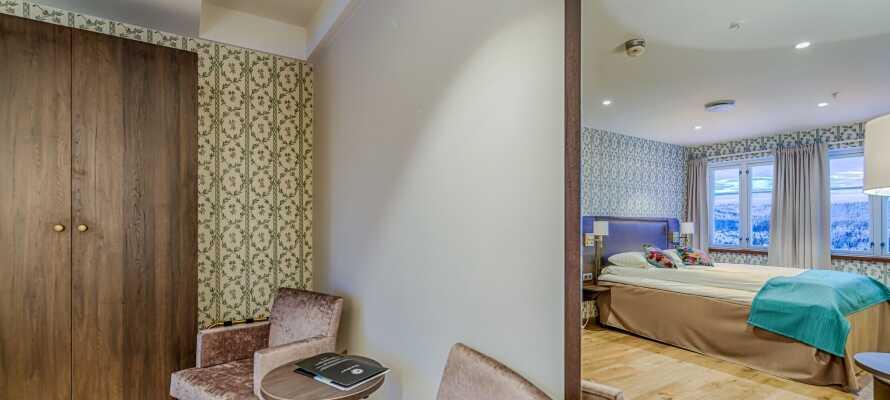 Værelserne er behageligt indrettet med eget badeværelse.