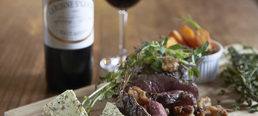 Nyd en god middag i hotellets restaurant, hvor menukortet er inspireret af en gammel kogebog fra år 1800.