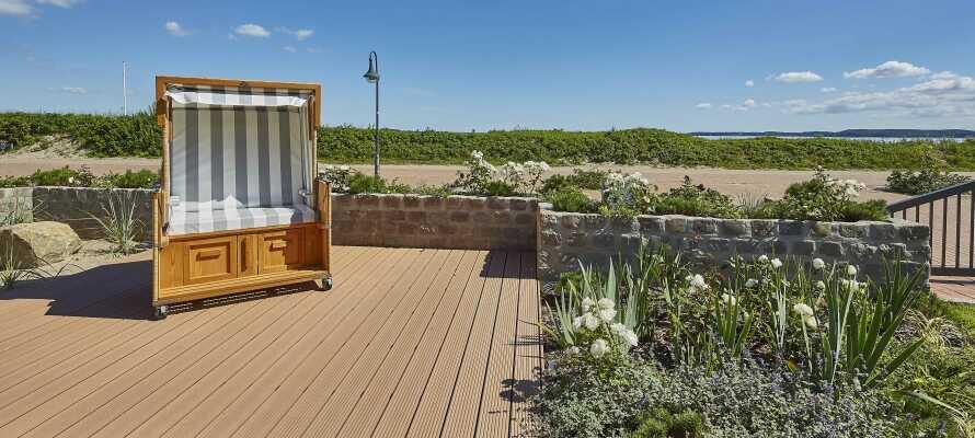 Hotellet har egen have og tilbyder alletiders rolige udgangspunkt for en afslappende ferie direkte ved stranden.