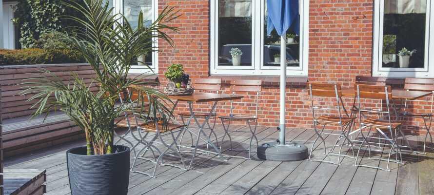 Under opholdet har I fri adgang til hotellets sauna, og kan slappe af med en forfriskning på den hyggelige terrasse.