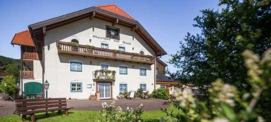 Hotel am Riedl er et familiedrevet hotel, beliggende i rolige omgivelser blot 10 km. fra storbyen, Salzburg