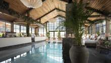 Nyd omgivelserne i hotellets 1.000 m² store Pool Club, med alt hvad hjertet begærer.