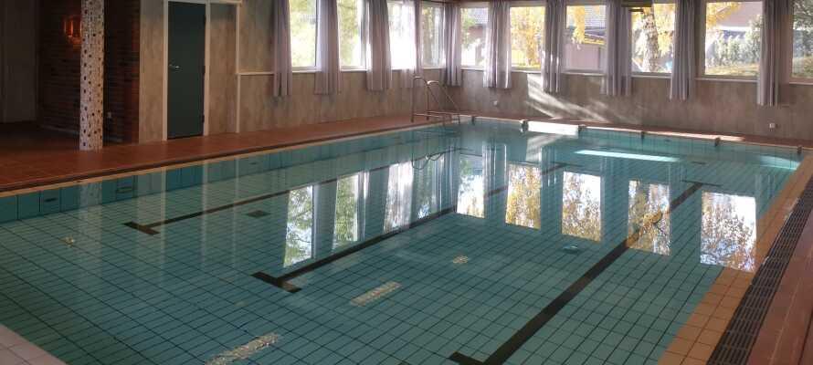 Slap af under opholdet med swimmingpool og sauna eller dyrk fitness i træningsrummet.
