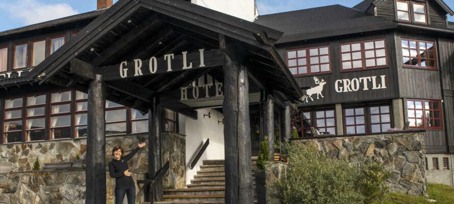Hotellet ligger midt i Fjellheimen, 925 meter over havets overflade, og grænser op til to nationalparker (Renheimen og Breheimen).