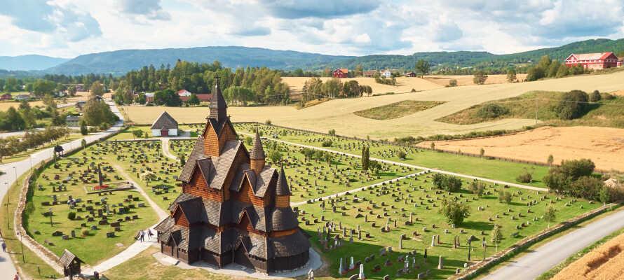 Der er mange spændende seværdigheder i nærheden - besøg f.eks. den charmerende stavkirke i Lom.