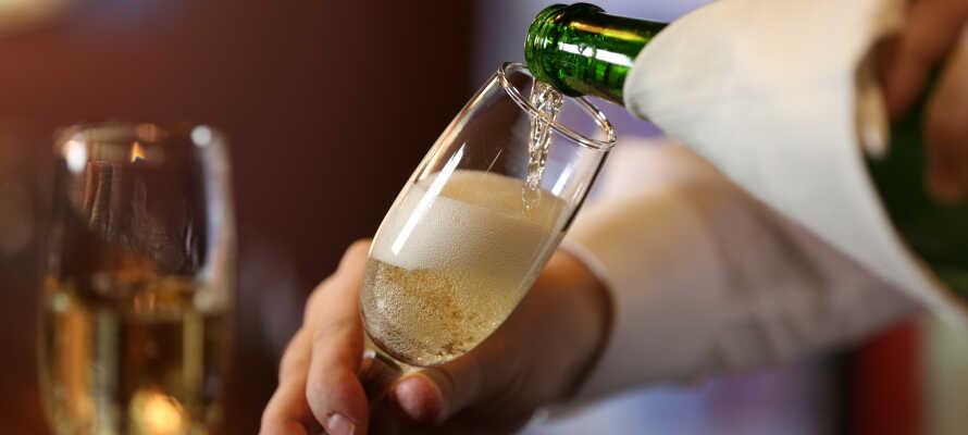 Ved ankomst venter en flaske Prosecco, en flaske vand og en velkomstdrink på værelset.