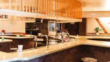 I den hyggelige bar kan I nyde lækre drinks, og smage på regionens vin og øl.