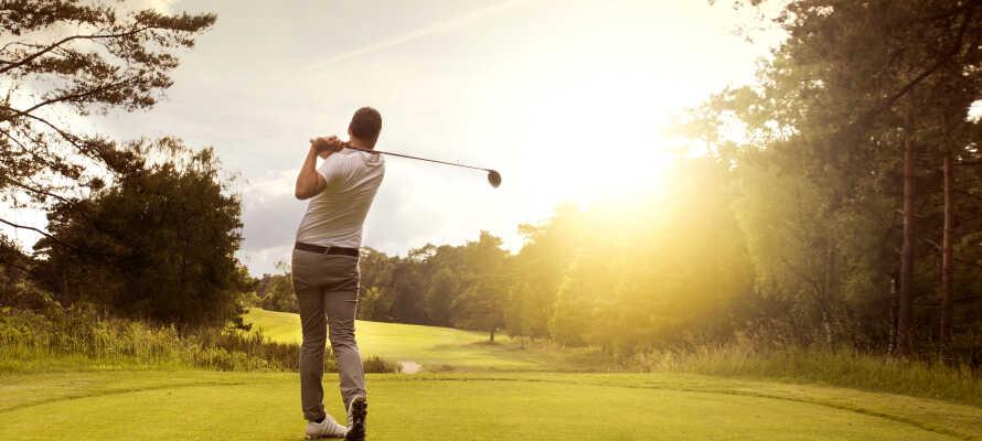 Falun er en populær golfby, og I finder således to smukke og udfordrende 18-hulsbaner indenfor kort afstand af hotellet.