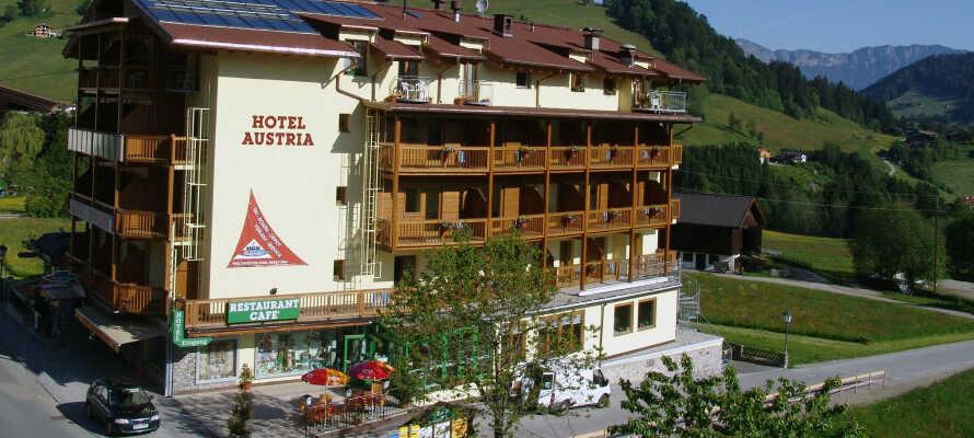 Hotel Austra Niederau ligger direkte ved områdets bjergbane - perfekt for at stå på ski om vinteren, og vandreture resten af året.