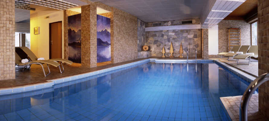 Slap af mellem oplevelserne i hotellets wellnessområde som både har swimmingpool, sauna, dampbad og spabehandlinger at byde på.