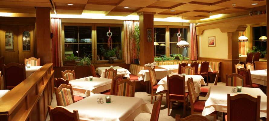 Hotellets restaurant byder på regionale specialiteter, og aftensmaden inkluderer en gratis drikkevare.